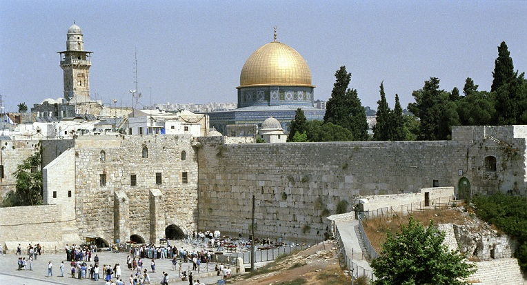 فيديو .. الفلسطينيون يرفضون دخول المسجد الأقصى احتجاجا على ...