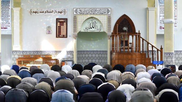 Gestion du Covid-19 : un imam suspendu de prêche pour ses critiques
